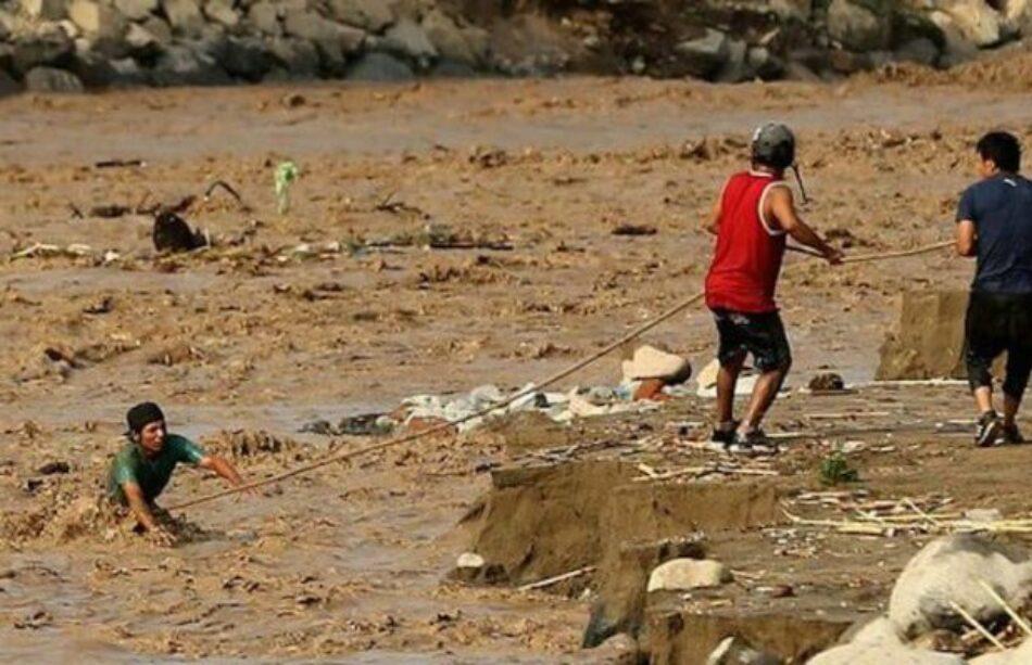 En Perú, 75 muertos y más de cien mil damnificados por intensas lluvias ocasionadas por calentamiento del mar