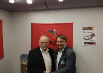 El vicepresident del Parlament Europeu, Dimitrios Papadimoulis, signa el manifest del Pacte Nacional pel Dret a Decidir