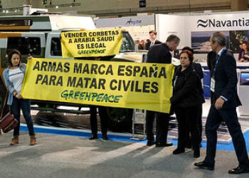 Protesta de Greenpeace para denunciar la venta ilegal de barcos de guerra a Arabia Saudí