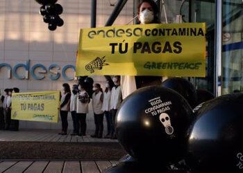 Activistas de Greenpeace protestan simultáneamente en las sedes de Endesa, Iberdrola y Gas Natural Fenosa por la contaminación y su relación con los altos precios de la energía
