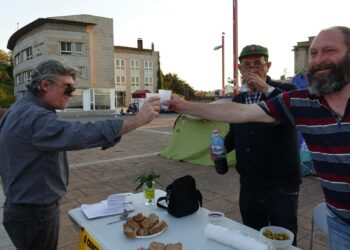El Ayuntamiento de Vigo ordena retirar una pancarta la víspera de que la acampada de la pobreza celebre los 50 días