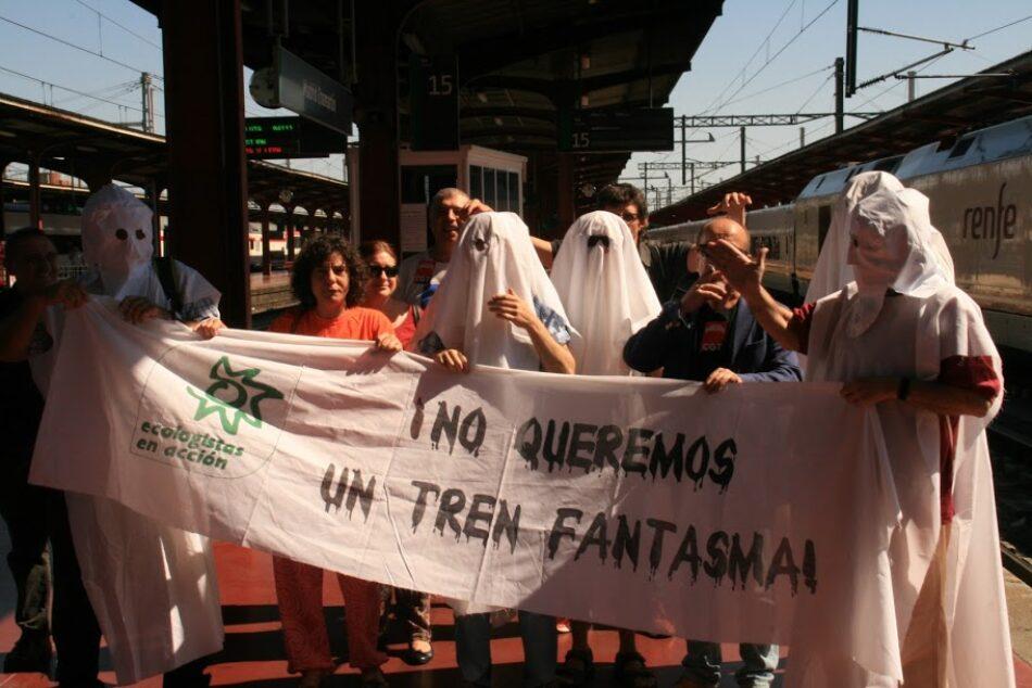 Activistas exigen otra política ferroviaria a bordo del tren regional Barcelona-Madrid