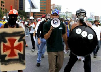 Capriles paga a indigentes para convertirlos en manifestantes violentos /Barrios aislados por las guarimbas / General Cliver Alcalá denuncia uso de francotiradores