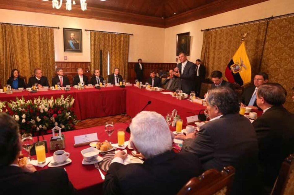 Recibe Rafael Correa a equipos de paz por gobierno colombiano y ELN