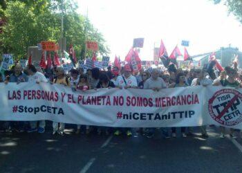 Miles de personas se manifiestan contra el CETA en Madrid