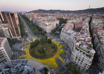 Greenpeace pinta un sol gigante en Barcelona en apoyo a las renovables
