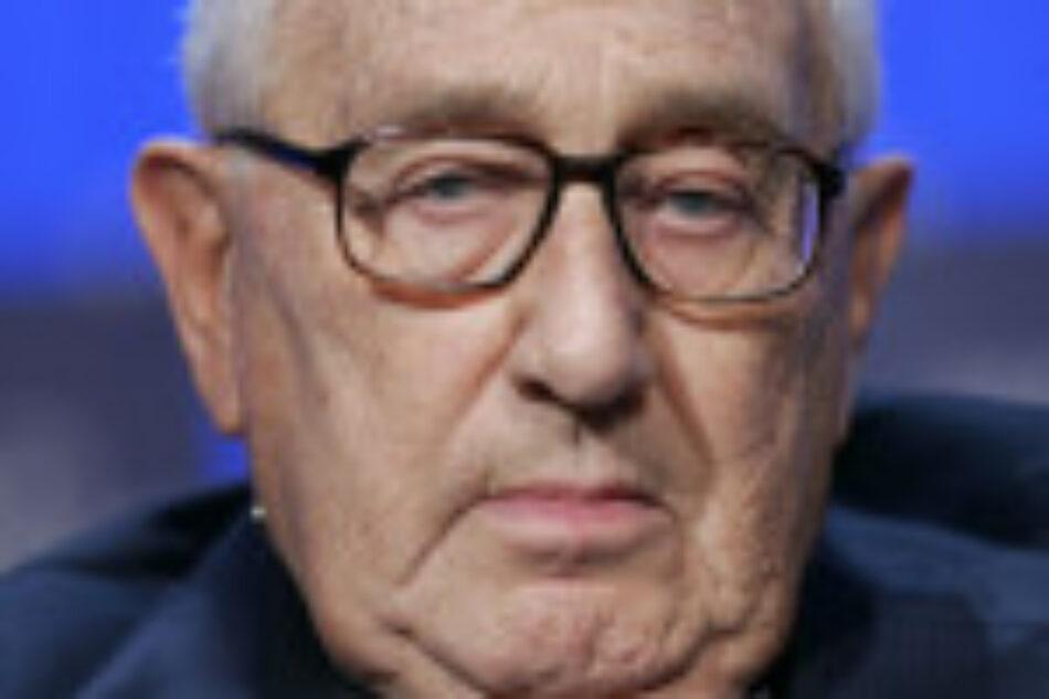 Henry Kissinger admite públicamente que ISIS obtiene sus armas de EEUU