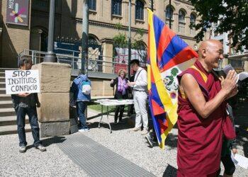 Activistas por la libertad del Tíbet se concentran pacíficamente contra las actividades del Instituto Confucio en Barcelona