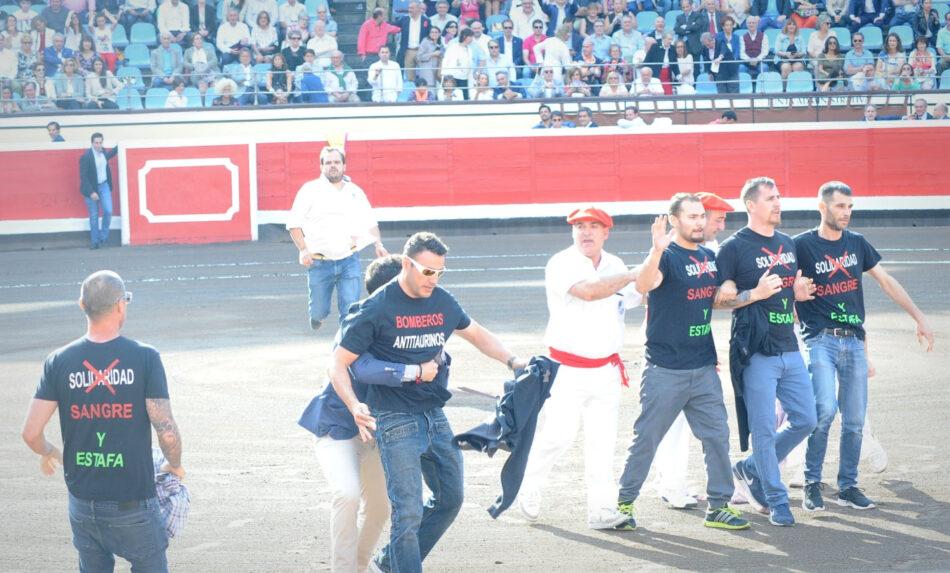 Activistas antitaurinos y bomberos de Leganés saltan al ruedo en Bilbao para expresar su rechazo a la tauromaquia