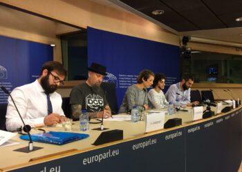 """IU traslada a Bruselas la """"persecución"""" a tuiteros activistas en el Estado español"""