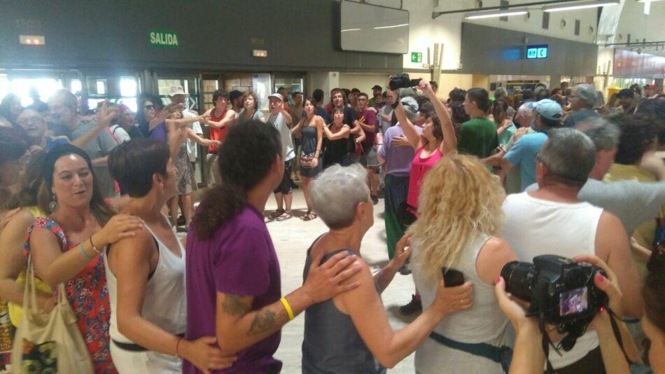 Acción de denuncia de la Caravana Abriendo Fronteras en el aeropuerto de Sevilla contra la deportación y las detenciones ayer en el vuelo Barcelona -Dakar