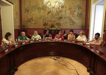 Senadores de Unidos Podemos se reúnen con Jira Bulahi, delegada nacional del Frente Polisario en España