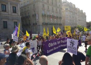 Centenares de activistas se concentran en el Congreso de los Diputados para despedir a la caravana que parte a la Frontera Sur