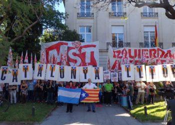 """El MST hizo un acto ante la embajada de España en Buenos Aires: Bodart: """"Apoyamos a Catalunya y repudiamos la intervención golpista de Rajoy"""""""