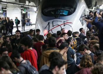 Cientos de manifestantes bloquearon las vías de los trenes de alta velocidad en la estación de Sants (Barcelona)