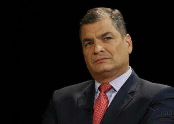"Correa dice que vuelve a Ecuador ""para abrazar a la Patria en estos momentos difíciles"""