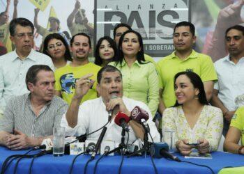 Correa afirma que regresó para evitar que se tomen el movimiento Alianza PAIS