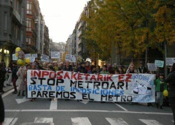 3000 personas se manifiestan en Donostia por la paralización de la pasante de Metro