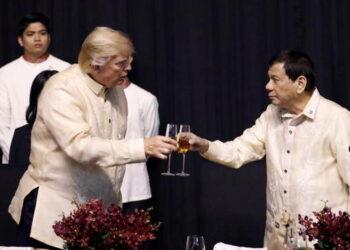 """Manila: En medio de protestas masivas, Trump festeja su """"excelente relación"""" con el presidente filipino Duterte"""