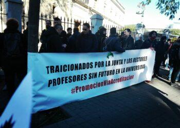 Concentración de profesorado en el Parlamento Andaluz por «una carrera docente digna»