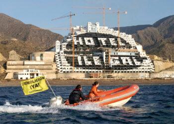 El Gobierno andaluz maniobra para retrasar hasta 2023 la demolición de El Algarrobico