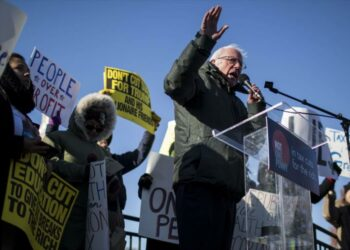 El senador demócrata Bernie Sanders jura 'intensificar' lucha contra Trump en 2018