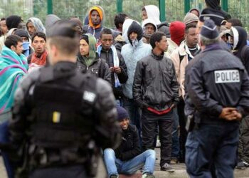 Gobierno francés quiere poner mano dura en tratamiento a migrantes