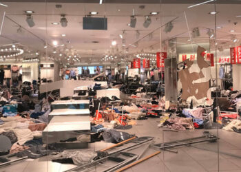 """Manifestantes sudafricanos destruyen tiendas de H&M por publicidad """"racista"""""""
