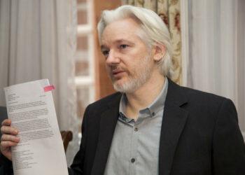 Assange recibe tarjeta de identidad de Ecuador