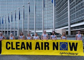 """Activistas de Greenpeace """"enseñan"""" sus pulmones para pedir aire limpio en la reunión sobre contaminación de la Comisión Europea"""