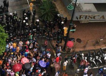 Rafael Correa declara en la Fiscalía: «estoy sufriendo una persecución política»