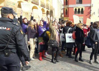 La Escuela Feminista del PCA sale a la calle para recibir a M. Rajoy en Córdoba: «Nosotras sí, en eso nos metemos»