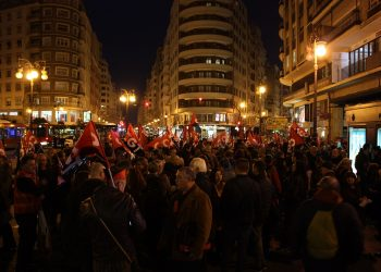 """Alrededor de 2.500 personas convocadas por la CGT se manifiestan en Valencia bajo el lema """"La lucha es el único camino"""""""