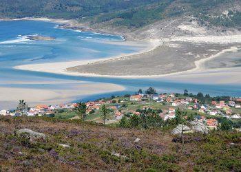 Feijóo anima a los ayuntamientos a «embellecer» el paisaje de Galicia mientras fomenta su alteración al apoyar la instalación de proyectos eólicos en las zonas de mayor valor ambiental