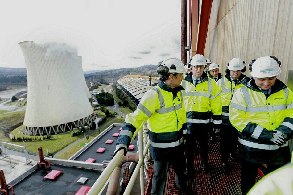 El Presidente de la Xunta habla del respeto al medio ambiente desde la central térmica de As Pontes, uno de los principales focos de contaminación del aire en Galicia
