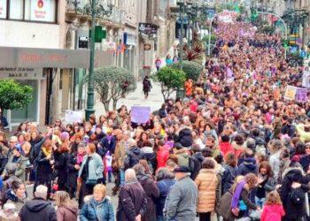 Multitudinaria y festiva manifestación feminista reclamó la igualdad este domingo en las calles de Vigo