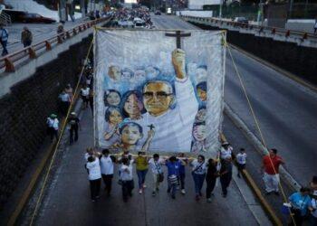 Salvadoreños peregrinan en conmemoración de monseñor Romero