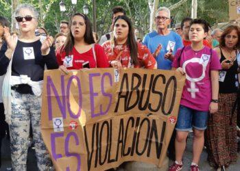 El pleno municipal del ayuntamiento de Sevilla declara personas 'non gratas' a los miembros de La Manada