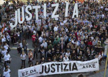 Euskal Herria: Comenzó el juicio-farsa a presos de la localidad de Altsasu / El sábado marcharon 50 mil personas exigiendo su libertad