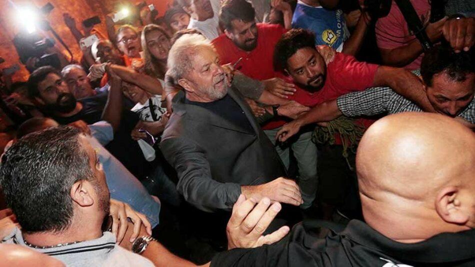 Lula da Silva se entrega a la Policía Federal
