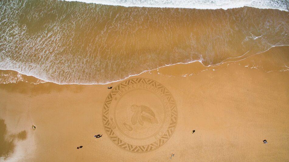 Arte en la playa Novo Sancti Petri para denunciar la contaminación por plásticos en los océanos