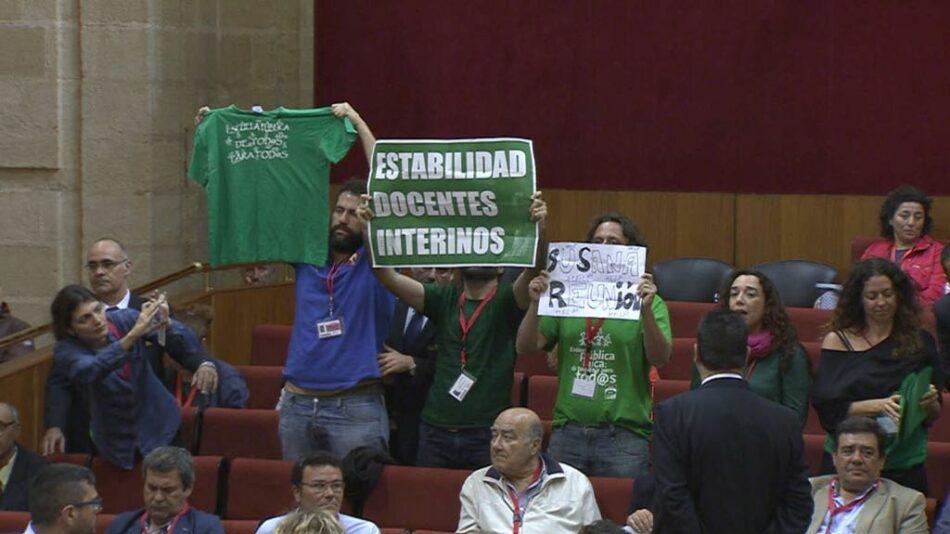 El colectivo de docentes interinos de Andalucía irrumpe en el Pleno del Parlamento