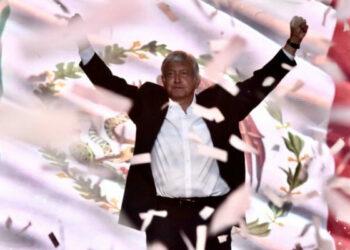 """México. Cerró su campaña López Obrador con multitudinario acto en el estadio Azteca. """"No les voy a fallar"""", prometió"""