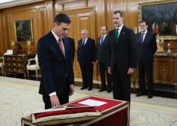Pedro Sánchez promete su cargo de presidente del Gobierno sin Biblia ni crucifijo