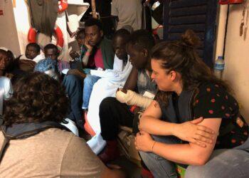 """La senadora Angustia alerta tras visitar el 'Lifeline' que la vida """"se hace insostenible"""" en el barco y advierte de que """"corre peligro la integridad de los más de 200 rescatados"""""""