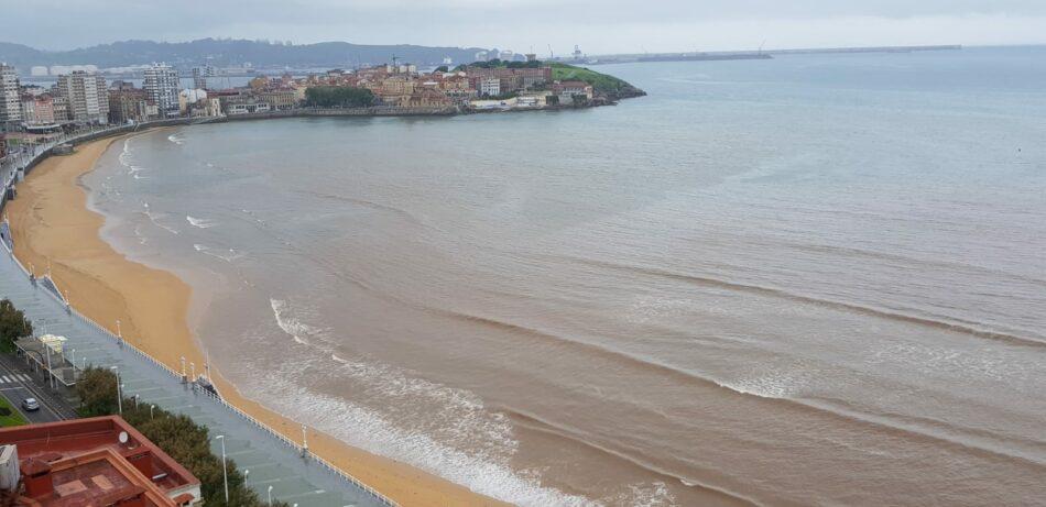 Organizaciones ecologistas denuncian nuevos vertidos incontrolados en la playa de San Lorenzo en Gijón