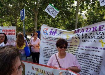La Asociación «Sevilla Bebés Robados» viaja a Madrid para apoyar a Inés Madrigal en el juicio contra el doctor Eduardo Vela