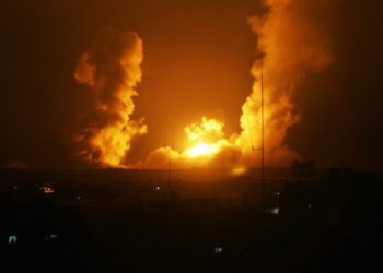 Aviones israelíes atacan 25 sitios de Gaza. La resistencia palestina responde lanzando decenas de cohetes