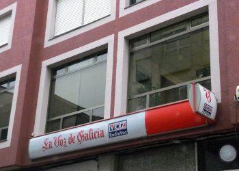 Recogida de firmas contra la manipulación informativa de la delegación de La Voz de Galicia en Carballo