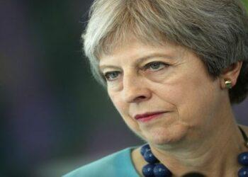 Llueven críticas a May tras renuncia del ministro del brexit